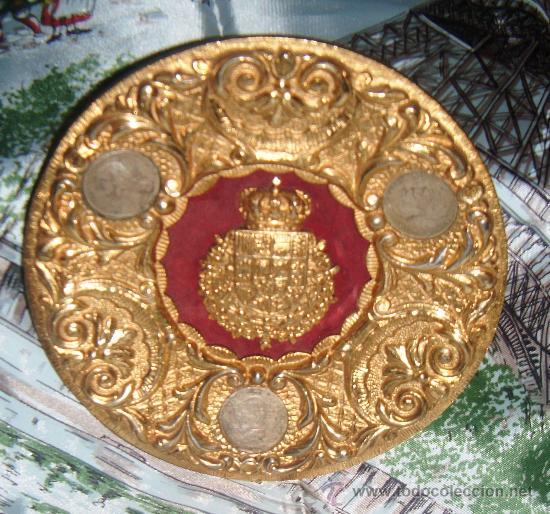 PLATO DE BRONCE CON ESCUDO DE LA CASA REAL,MONEDAS DE PESETA ALFONSO XII (Antigüedades - Hogar y Decoración - Platos Antiguos)