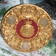 Antigüedades: PLATO DE BRONCE CON ESCUDO DE LA CASA REAL,MONEDAS DE PESETA ALFONSO XII. Lote 28247768