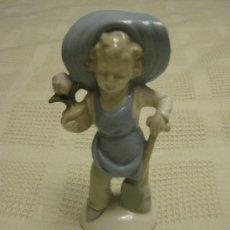 Antigüedades: LINDA FIGURA EN PORCELANA CON SELLO. IMPECABLE. Lote 28311229