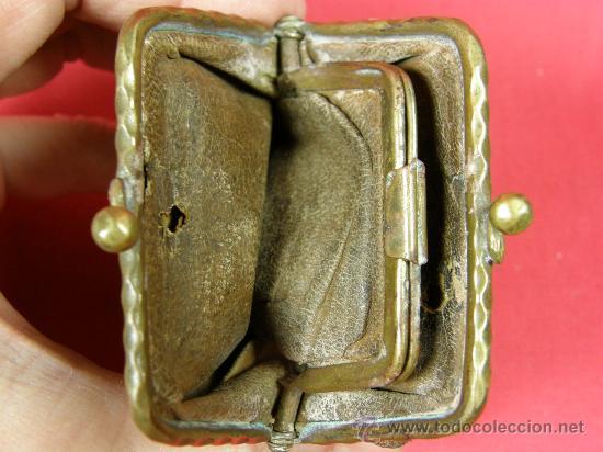 Antigüedades: Monedero de piel, hierro y latón trabajo inciso dorado, S XIX, interior de piel, 7 x 7 cm - Foto 4 - 28330960