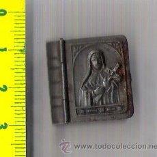 Antigüedades: CAJA/LIBRO DE HOJALATA REPUJADA SEGURAMENTE CONTENIA ESCAPULARIO. Lote 28470000