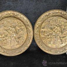 Antigüedades: PAREJA DE PLATOS EN LATON REPUJADO, ESCENAS DE TABERNA, DE AÑOS 30S.. Lote 28588271