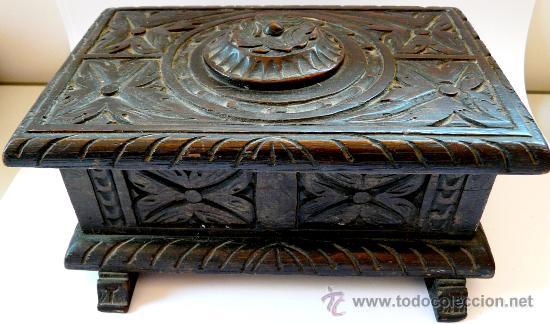 antigua caja de madera tallada a mano y con cierre secreto antigedades
