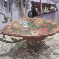 Antigüedades: ANTIGUO CENTRO DE MESA EN CERÁMICA Y BASE DE BRONCE DE LOS AÑOS 50/60 DIBUJOS EN RELIEVE. Lote 28624493