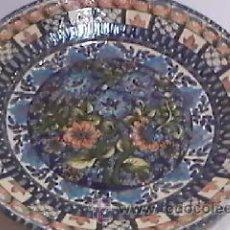 Antigüedades: GRAN PLATO DE CERAMICA PORTUGUESA DECORATIVO PINTADO A MANO 45 CM ANTIGUO.. Lote 28827155