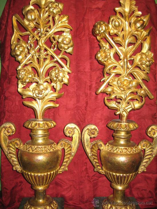 DOS FLOREROS DE MADERA DORADA CON RAMOS DE FLORES IGUALMENTE DE MADERA DORADA Y TEMAS PASIONISTAS (Antigüedades - Hogar y Decoración - Floreros Antiguos)