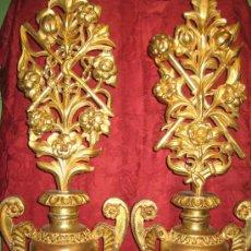 Antigüedades: DOS FLOREROS DE MADERA DORADA CON RAMOS DE FLORES IGUALMENTE DE MADERA DORADA Y TEMAS PASIONISTAS. Lote 28867757