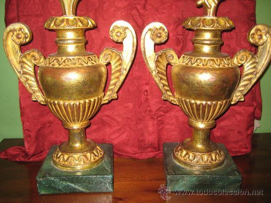 Antigüedades: Dos floreros de madera dorada con ramos de flores igualmente de madera dorada y temas pasionistas - Foto 2 - 28867757