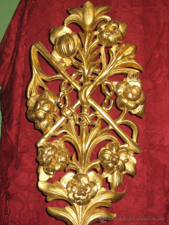 Antigüedades: Dos floreros de madera dorada con ramos de flores igualmente de madera dorada y temas pasionistas - Foto 5 - 28867757
