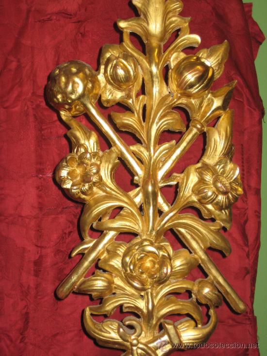 Antigüedades: Dos floreros de madera dorada con ramos de flores igualmente de madera dorada y temas pasionistas - Foto 6 - 28867757