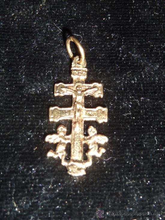 BONITA CRUZ DE CARAVACA EN PLATA DORADA. (Antigüedades - Religiosas - Cruces Antiguas)