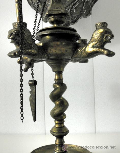 ANTIGUA LAMPARA DE ACEITE O VELON DE MESA 4 LLAMAS DOS PANTALLAS IMAGENES EN RELIEVE S. XIX BRONCE (Antigüedades - Iluminación - Lámparas Antiguas)