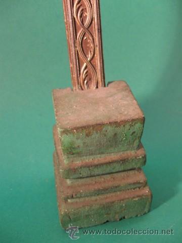 Antigüedades: ANTIGUO Y PRECIOSO CRUCIFIJO DE SOBREMESA DEL SG.XVIII. MADERA Y METAL POSIBLE PLATA, RELIEVES. - Foto 4 - 29070965