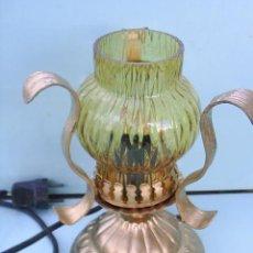 Antigüedades: LAMPARA DE SOBREMESA ANTIGUA CON TULIPA DE CRISTAL DE FORJA - 22,5 CM DE ALTA X 16 CM DE ANCHA. Lote 29136476