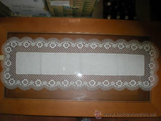 TAPETE CORONAS DE 105X35 CM CON ENCAJE DE BOLILLOS DE CAMARIÑAS. HECHO A MANO. SIN ESTRENAR. (Antigüedades - Hogar y Decoración - Tapetes Antiguos)
