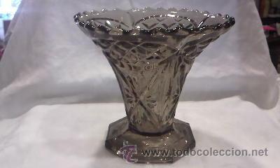 JARRÓN DE CRISTAL BOHEMIA TALLADO COLOR HUMO FABRICADO EN BÉLGICA.EN LA BASE TIENE INSCRIPCIÓN. (Antigüedades - Cristal y Vidrio - Bohemia)