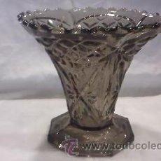 Antigüedades: JARRÓN DE CRISTAL TALLADO EN COLOR CARAMELO FABRICADO EN BÉLGICA.EN LA BASE TIENE INSCRIPCIÓN.. Lote 29171149