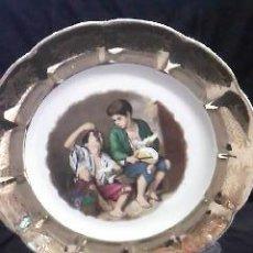 Antigüedades: BONITO PLATO DECORATIVO EN ORO CON DOS NIÑOS MERENDANDO.. Lote 29196222