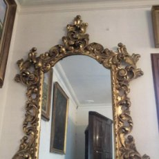 Espejo en madera tallada y dorada