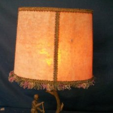 Antigüedades: LAMPARA DE PIE DE BRONCE CON TULIPA PERGAMINO - 41X25X10 CM. Lote 29222612
