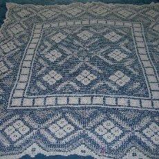 Antigüedades: TAPETE EN MALLA BORDADA DE ALGODON MIDE 110 X 110 CMS.. Lote 29303351