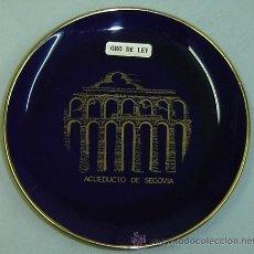 Antigüedades: PLATO DECORATIVO PORCELANA AZUL-RECUERDO SEGOVIA-PINTADO ORO DE LEY- DIAMETRO 12CMS.. Lote 29323822