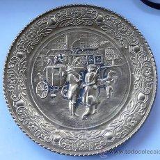 Antigüedades: BANDEJA INGLESA DE COBRE AMARILLO REPUJADO A MANO - ESCENA COSTUMBRISTA. Lote 29356792