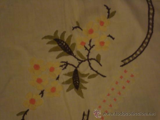 Antigüedades: precioso mantel bordado a mano con fina puntilla, 102 de largo mas la puntilla - Foto 5 - 29367474