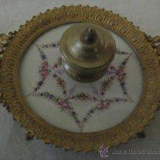 Antigüedades: TINTERO PARA DAMA EN BRONCE ORMOLU Y PORCELANA ( FRANCES ) CIRCA 1870. Lote 29541354