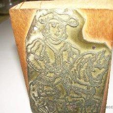 Antigüedades: ANTIGUA PLACA DE IMPRENTA..PARA IMPRIMIR CARTA DE LA BARAJA...SOPORTE DE HAYA Y PLACA METALICA.. Lote 29609187