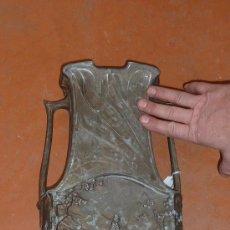 Antigüedades: PRECIOSO Y GRAN CENTRO ART NOUVEAU, DE AÑOS 30S. EN ESTAÑO PATINADO, FIRMADO J. GARNIER.. Lote 29706244