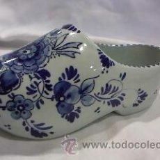 Antigüedades: PRECIOSO ZUECO DE PORCELANA PINTADO A MANO,MARCA DEIFTS BLAUN 683. Lote 98917475
