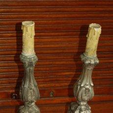 Antigüedades: PAREJA DE CANDELABROS DE S.XVIII EN PLATA 800 REPUJADA. CON CONTRASTES.. Lote 29765116