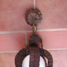 Antigüedades: LAMPARA ANTIGUA DE MADERA TALLADAS, HOJAS Y GLOBO DE CRISTAL 47 CM DE ALTA X 23 CM DE DIAMETRO. Lote 30265235