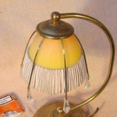 Antigüedades: LAMPARA DE SOBREMESA EN METAL DORADO Y TULIPA DE CRISTAL. Lote 29969129