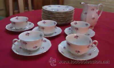 JUEGO DE VAJILLA DE BOHEMIA DECORADA CON PEQUEÑAS FLORES ROSAS.21 PIEZAS EN TOTAL (Antigüedades - Porcelanas y Cerámicas - Otras)