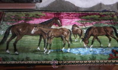 Antigüedades: Antiguo tapiz de pared con caballos libres.Flecos el los laterales.Con mas de 50 años. - Foto 2 - 29986527