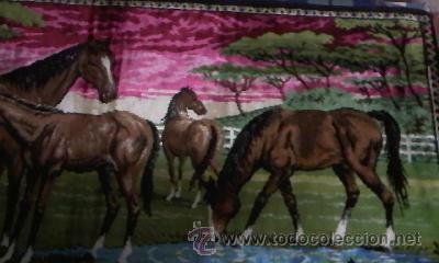 Antigüedades: Antiguo tapiz de pared con caballos libres.Flecos el los laterales.Con mas de 50 años. - Foto 3 - 29986527