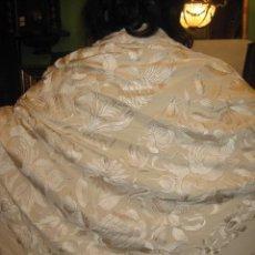 Antigüedades: PRECIOSO Y SINGULAR MANTON DE MANILA BEIG BORDADO EN BEIG DE EXQUISITA BELLEZA Y ELEGANCIA. ANTIGUO. Lote 30008552