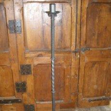 Antigüedades: CANDELABRO DE HIERRO FORJADO ANTIGUO. Lote 51644967