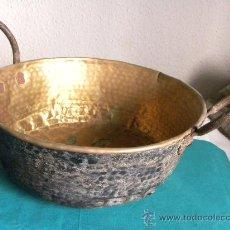 Antigüedades: CALDERA O CALDERO EN COBRE BATDO DORADO CON ASAS DE HIERRO. Lote 30155579
