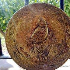 Antigüedades: ANTIGUO PLATO METALICO CON FIGURA DE UN PAJARO EN RELIEVE. Lote 30183606