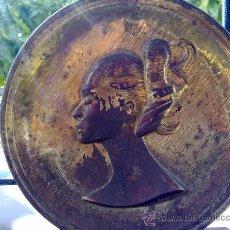 Antigüedades: ANTIGUO PLATO METALICO CON FIGURA DE CABEZA DE UNA MUJER EN RELIEVE.FORMA DE PENDULO . Lote 30183649