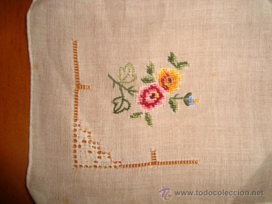 Antigüedades: antiguo y magnifico pañuelo para virgen, ideal vestimenta de hebrea bordado a mano 28 cm - Foto 2 - 30262870