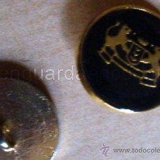 Antigüedades: ANTIGUOS BOTONES DE CHAQUETA DE CABALLERO AZULES Y DORADOS CON ESCUDO DE LEONES EN METAL 5 UNIDADES. Lote 30270326
