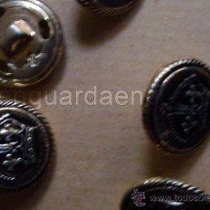 Antigüedades: ANTIGUOS BOTONES DE CHAQUETA DE CABALLERO DORADOS CON UNA CORONA EN METAL 5 UNIDADES. Lote 30273384