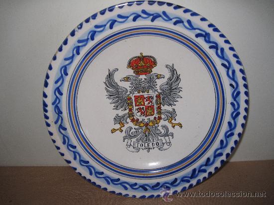 PLATO DE CERAMICA DE TALAVERA, CON ESCUDO DE TOLEDO. (Antigüedades - Porcelanas y Cerámicas - Talavera)