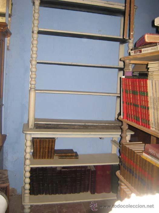 ESTANTERÍA EXPOSITOR ISABELINA PINTADA EN BLANCO DE DOS CUERPOS, CON COLUMNAS TORNEADAS. (Antigüedades - Muebles Antiguos - Repisas Antiguas)