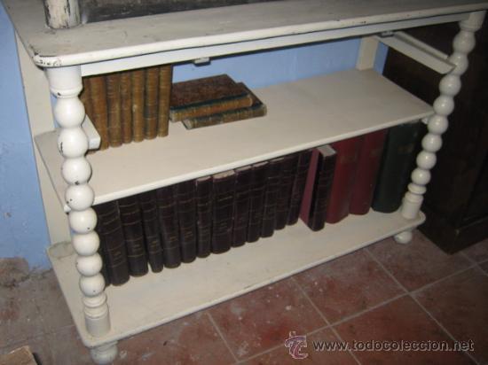 Antigüedades: Estantería expositor isabelina pintada en blanco de dos cuerpos, con columnas torneadas. - Foto 2 - 30328349