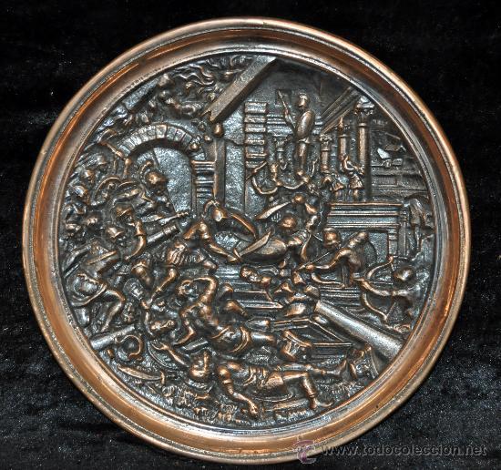 INTERESANTE PLATO EN BRONCE DE PRINCIPIOS DEL SIGLO XX. ESCENA DE BATALLA (Antigüedades - Hogar y Decoración - Platos Antiguos)